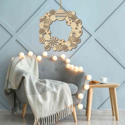 Weihnachtsdeko aus Holz an der Wand   Kranz