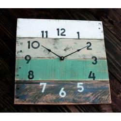 Holz Uhr weichen blauen Farbe.