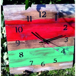 Hölzerne Uhr an der Wand Hawaii zu Hause.