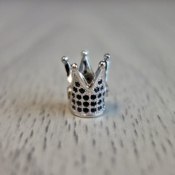 Metallkrone mit schwarzen Zirkonen - Silber