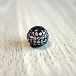 Metallkugel mit silbernen Zirkonen - schwarz