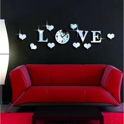 Uhr an der Wand des LOVE Aufklebers