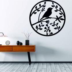 in hölzernes Gemälde an einer Wand aus Sperrholz ist bereits ein Frühlingsvogel