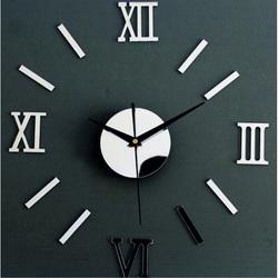 Fantastische Spiegeluhr an der Wand einer kleinen römischen Uhr
