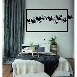 Ein auffälliges Bild an der Wand geschnitzter hölzerner Sperrholzvogelhimmel